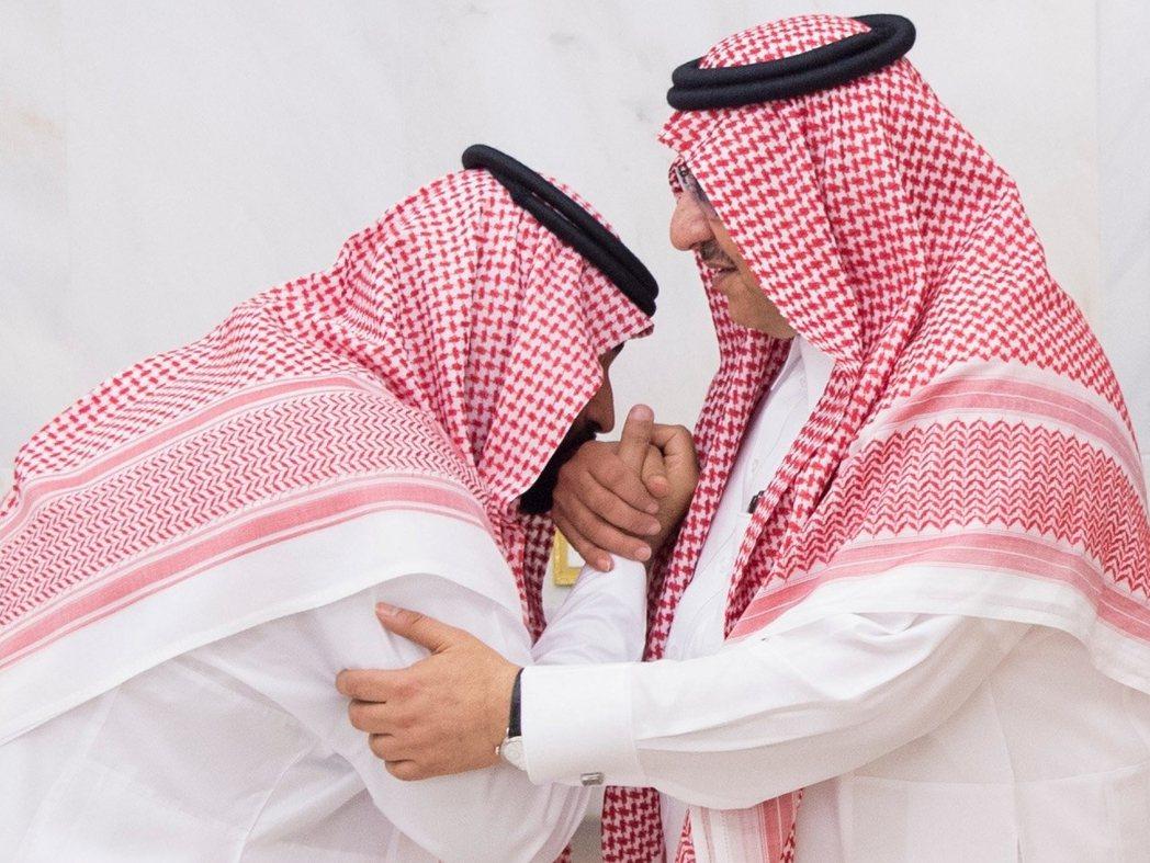 新舊交接後,沙烏地官方釋出的王室照片。包括被拔掉地位的「前王儲」穆罕默德.本.納...