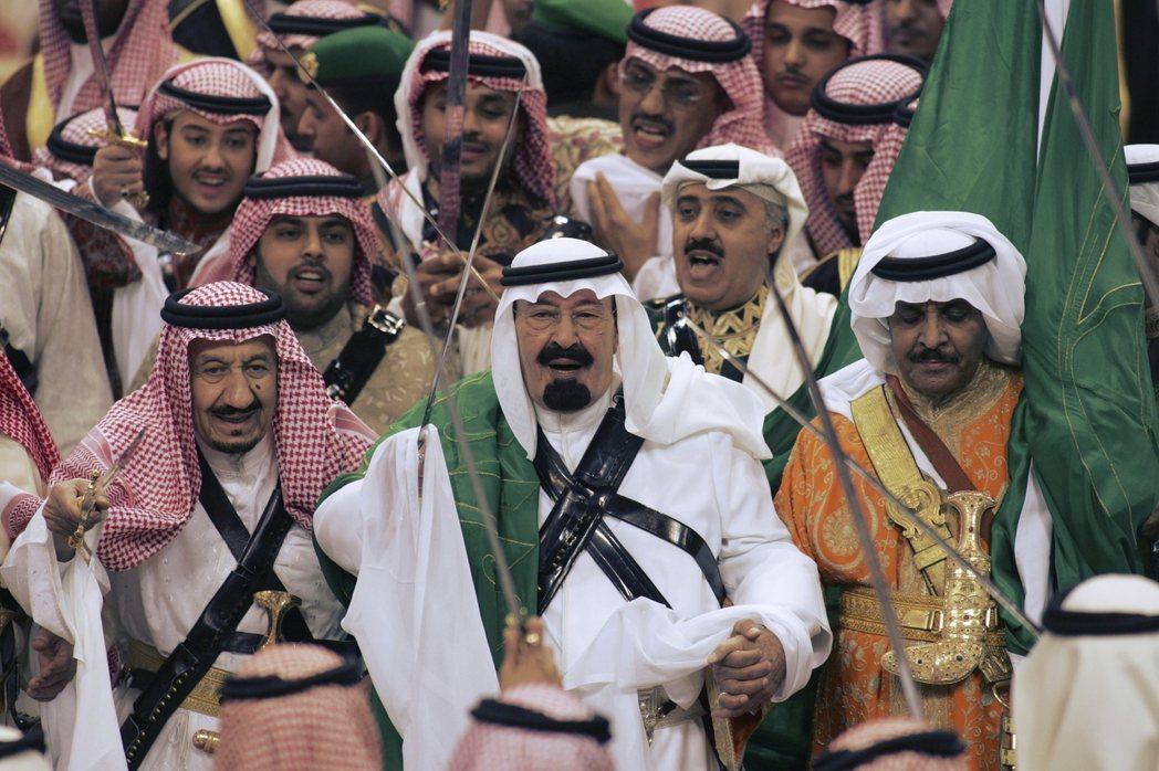被蘇代里七子環繞的王位。圖為2007年的阿不都拉國王(圖中)與後來的薩爾曼國王(...