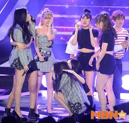 與T-ara合作的伴舞們上前安慰成員。 圖/擷自MBN