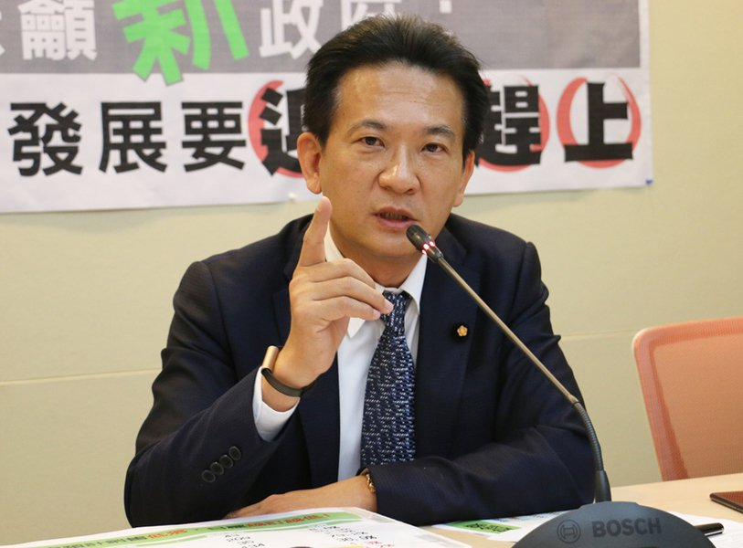 民進黨立委林俊憲指出,6年來政府補助裕隆16億元,但至今民眾仍無法買得到國產電動...