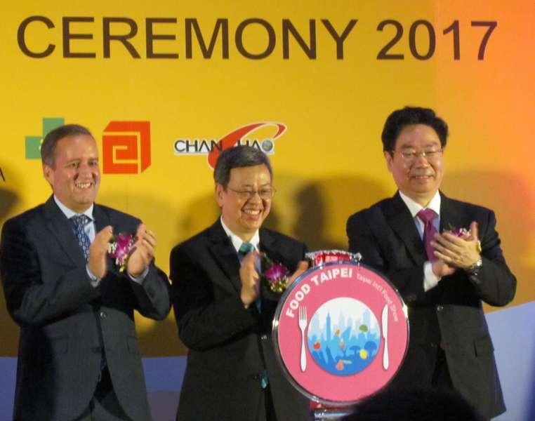 副總統陳建仁(中)與宏都拉斯副總統阿瓦雷斯(左)出席「台北國際食品五展」開幕典禮...