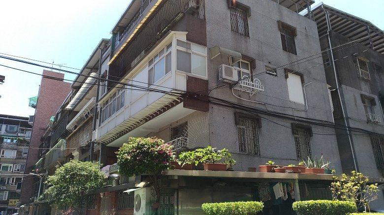 未經許可擅自拆除陽台與主建物之間的牆面,包括內牆、女兒牆、落地窗等,再於陽台加設...