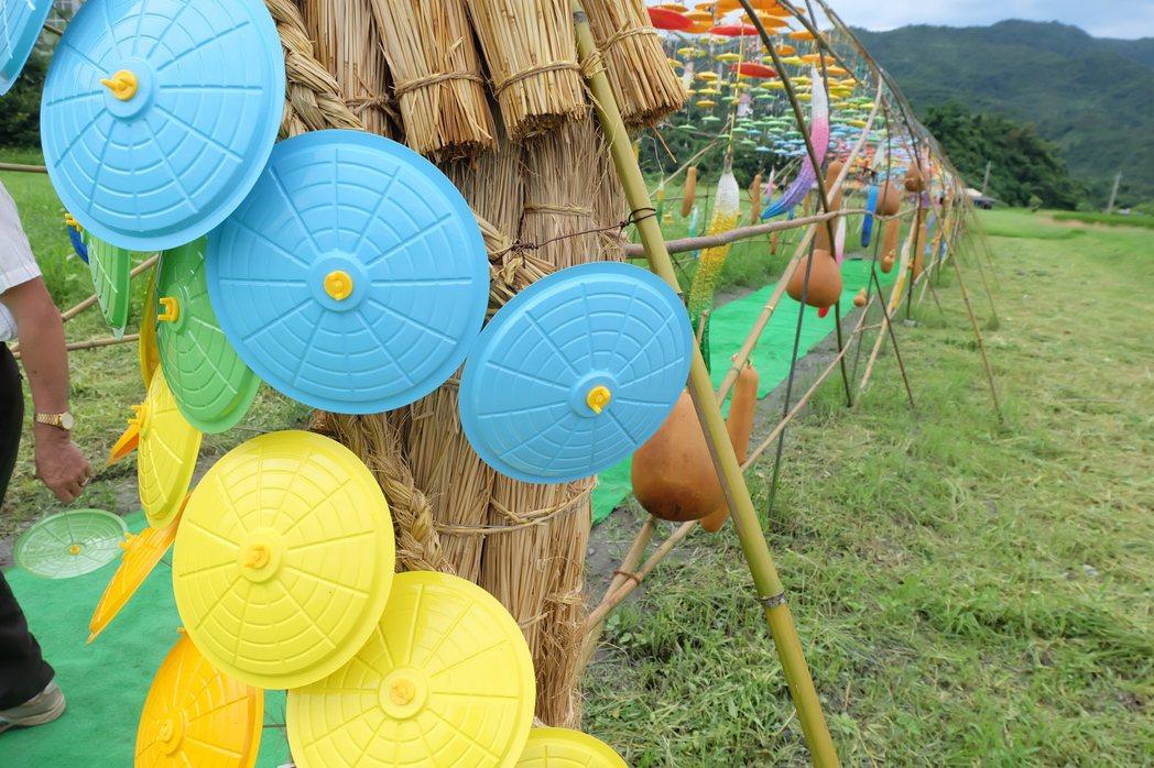 絢麗的梨傘將平均分送鄉內4個產銷班,賦予新生命,民眾明年可望於三星梨園中見到彩繪...