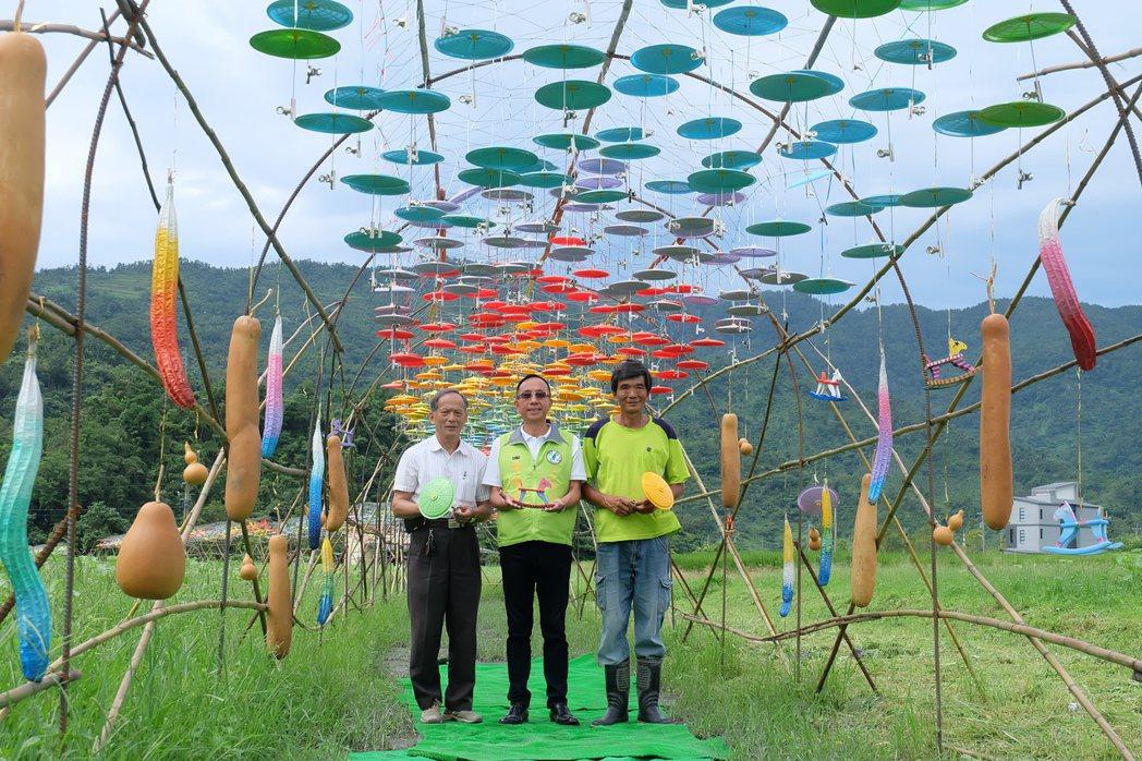 三星鄉公所今年特別製作五彩小傘,推出長150米、由5000支梨花小傘妝點而成的迎...