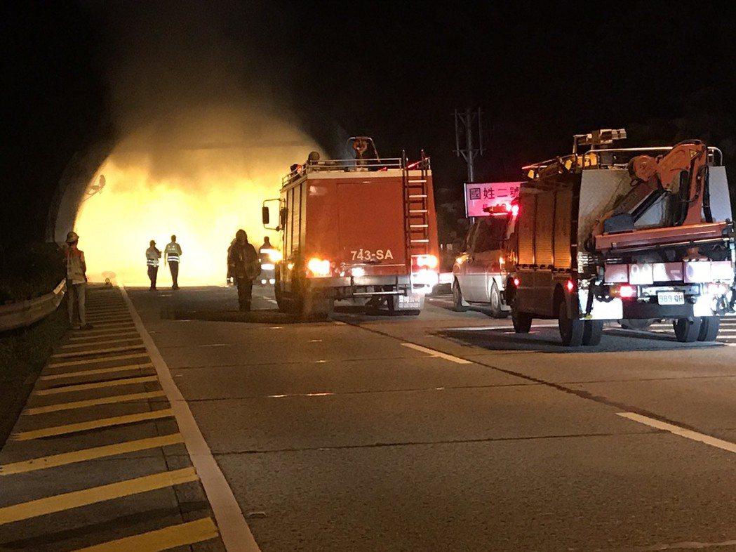 國道6號國道2號隧道今晨傳火燒車事故,猛烈火勢燒紅整個隧道。圖/李中興提供