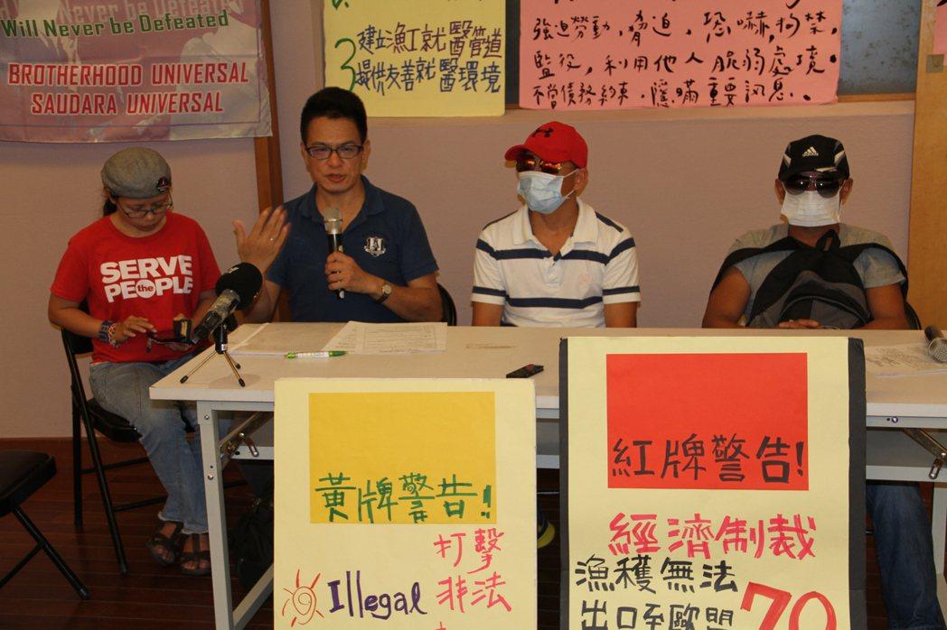 菲律賓漁工兄弟(右一、右二)指控遭在漁船上工作時遭施暴。記者羅建旺/攝影