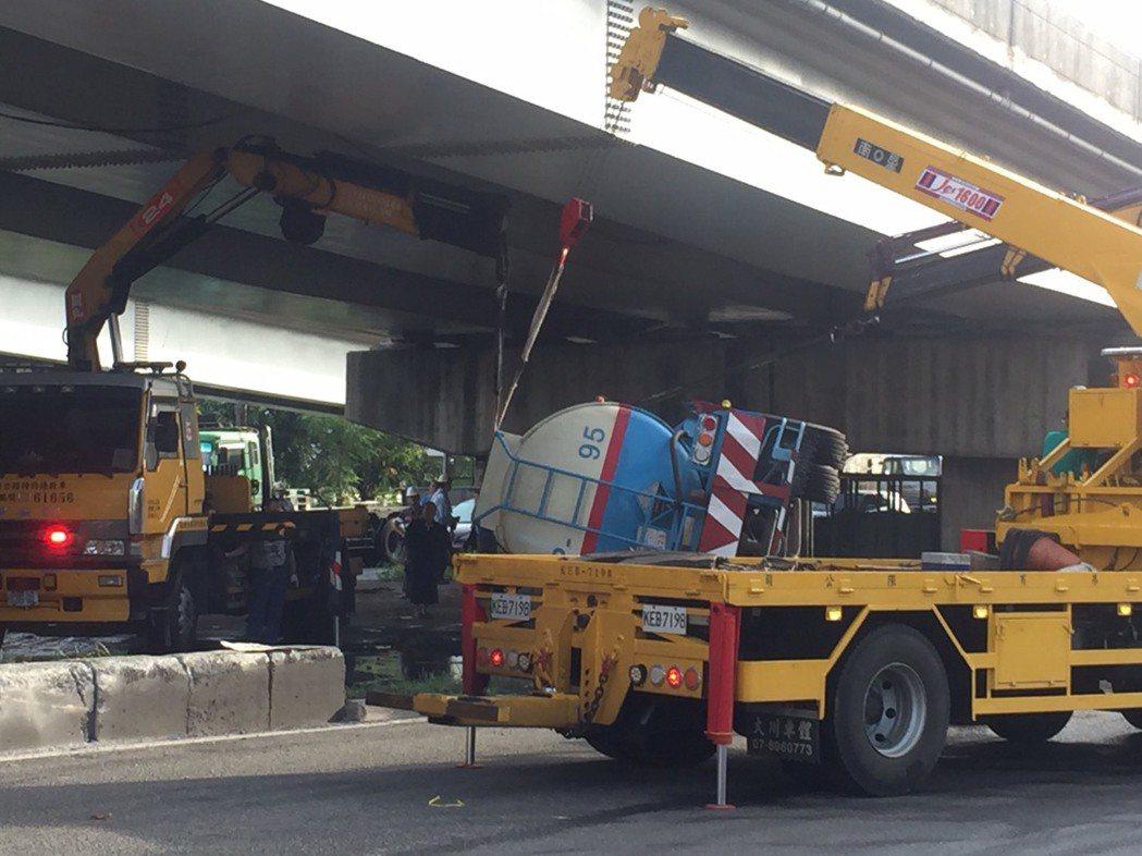 油罐槽車不慎撞護欄翻覆。記者蕭雅娟╱翻攝