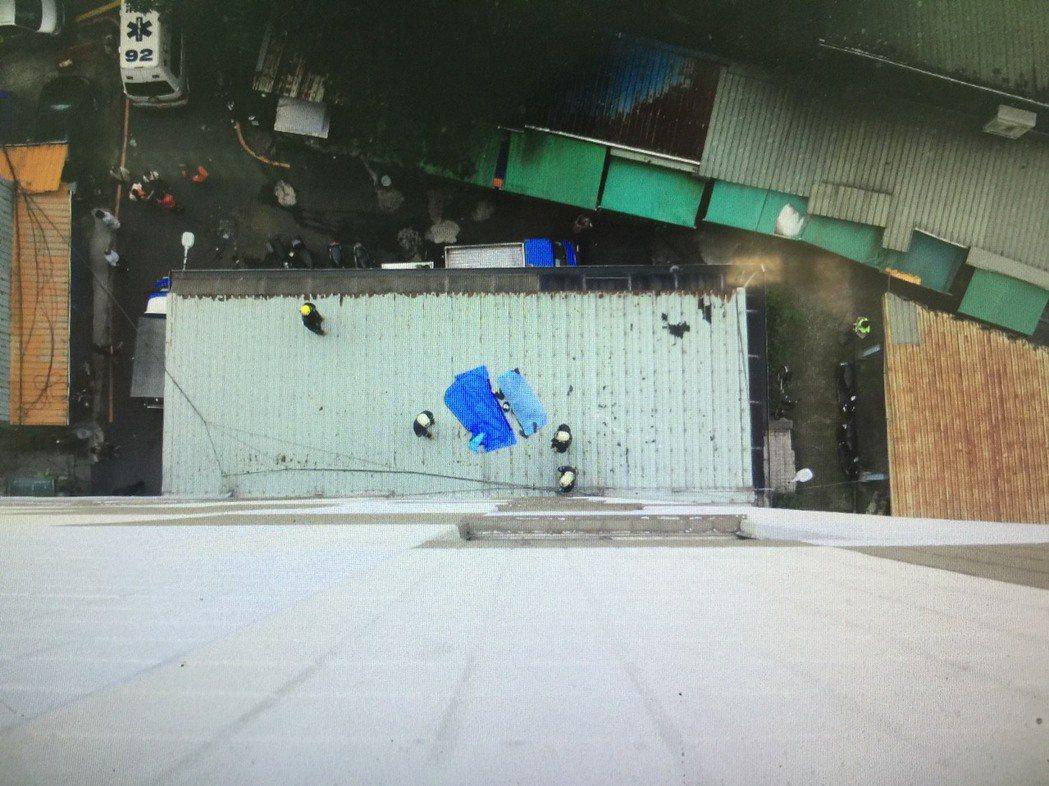 新北市消防局獲報土城區中正路圖書館後方,今天上午8時許,民眾發現疑似跳樓輕生男子...