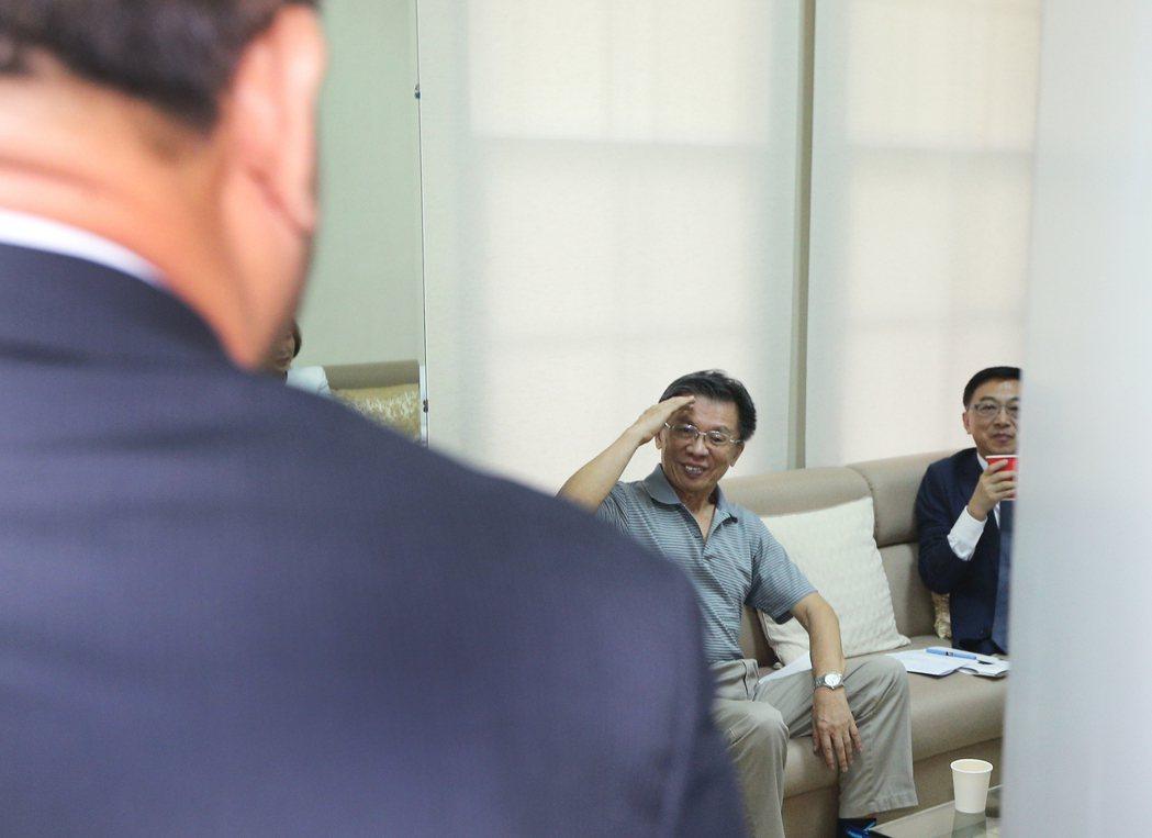 民進黨前立委沈富雄(中)上午現身國民黨團,拜會立委。記者陳正興/攝影