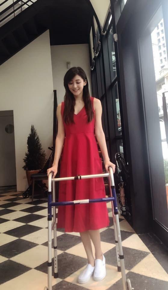 林逸欣開刀後已能靠輔助器行走。圖/摘自臉書