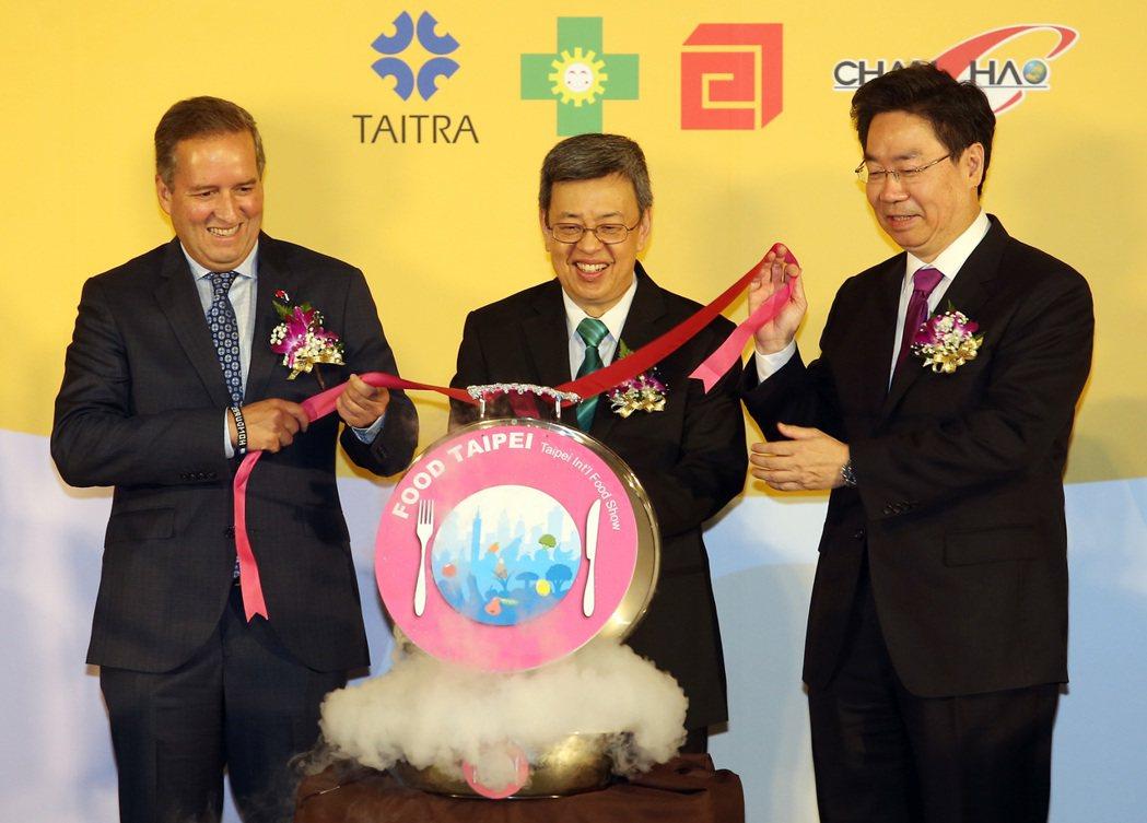 台北國際食品展等五展上午開幕,副總統陳建仁(中)和宏都拉斯副總通阿瓦雷斯〈左〉到...