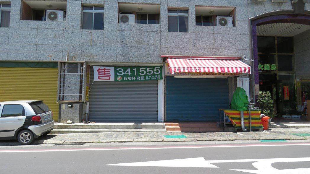 過去熱鬧的知本街頭,開始有商家歇業求售。記者潘俊偉/攝影