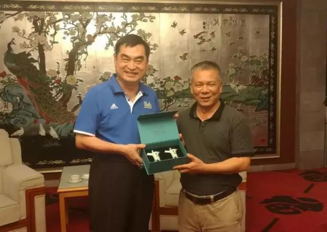 廣東省台辦主任黃耿城(右)會見台北市副市長鄧家基(左)。圖/微信公眾號印象粵台