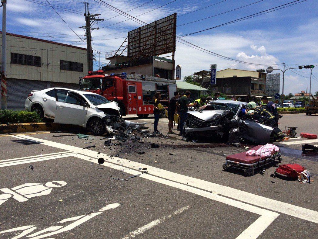 雲林縣台1線斗南新光陸橋段,今天中午發生3車相撞事故,2部轎車車頭嚴重扭曲變形,...