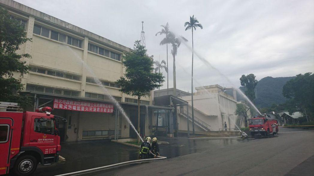 消防局今天上午10點在台北菸廠舉辦自衛消防編組消防搶救演練。記者江孟謙/翻攝