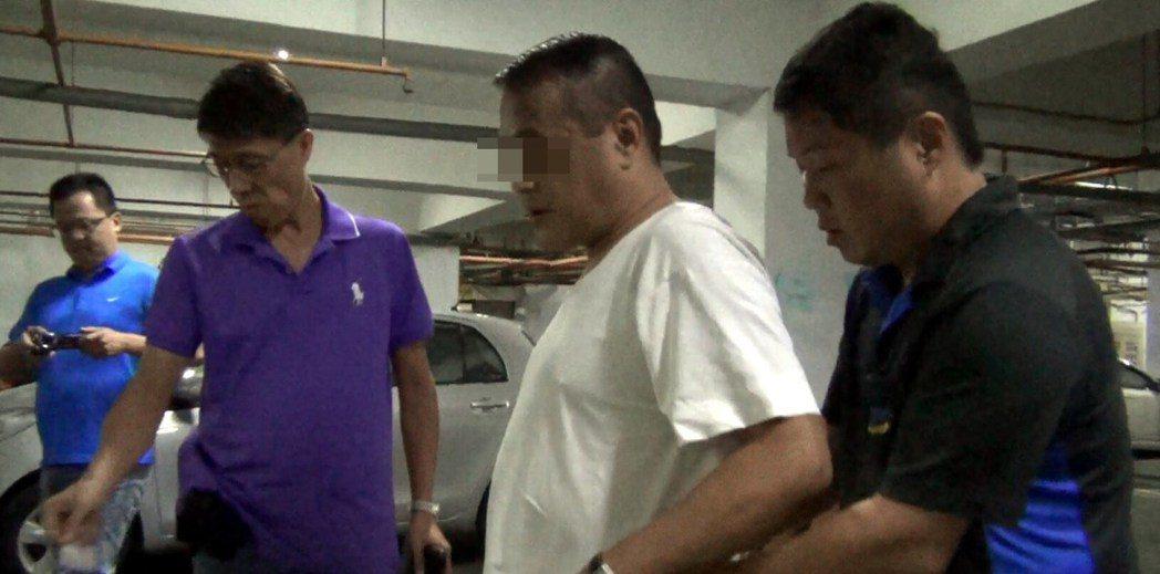 警方昨帶竹聯幫武曲堂主廖姓男子(右2)搜索證物。記者林保光/翻攝