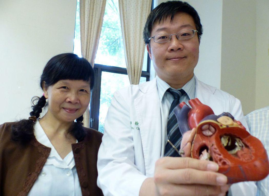圖一:沈姓女病患(左)經醫師徐中和(右)以溶栓救命,重獲新生。記者趙容萱/攝影