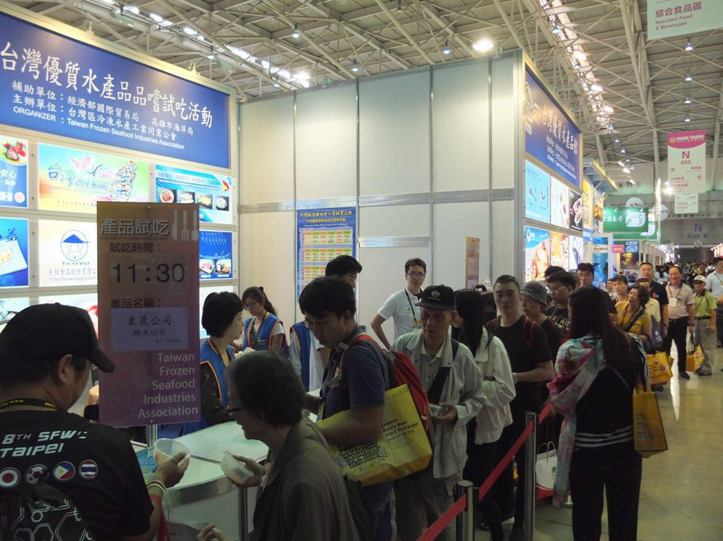 台灣區冷凍水產工業同業公會推出的高雄海味品嚐會,現場大排長龍。圖/高雄市海洋局提...