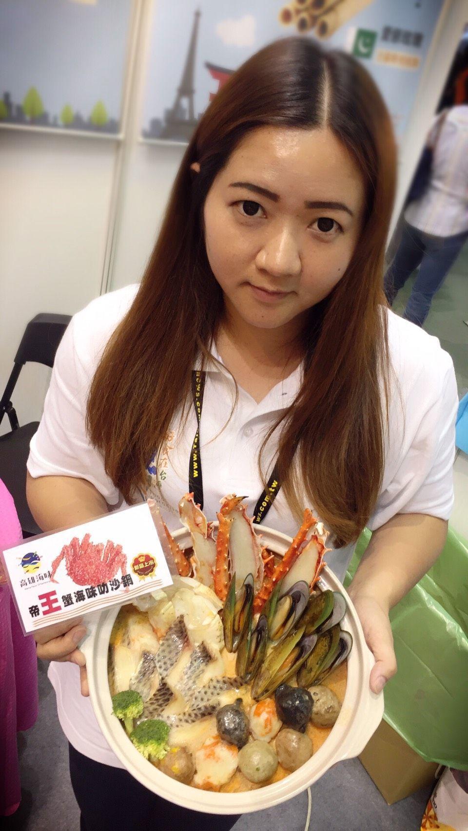 高雄地區水產食品新研發的「無敵帝王蟹海味叻沙鍋」,即起也在台北國際食品展展售。圖...