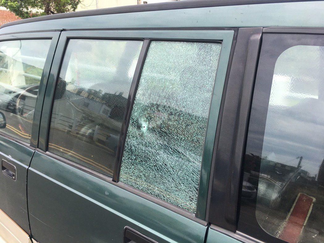3名少年拿空氣槍隨意掃射,造成2台車、2處民宅玻璃受損。圖/大甲分局提供