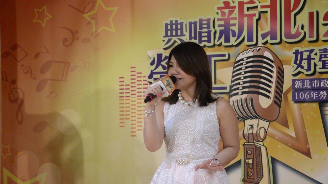 田佩樺現場演唱「情路越愛越痛」。記者施鴻基/攝影