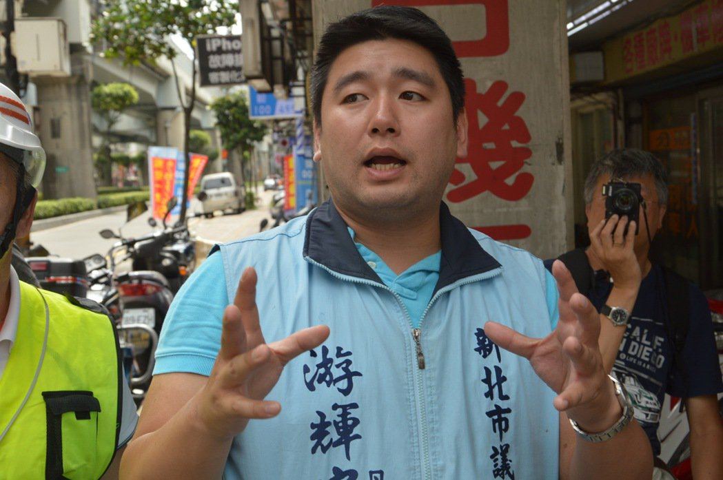 游輝&#23426要求施工單位以最快時間解決圍籬範圍過大問題。記者施鴻基/攝影