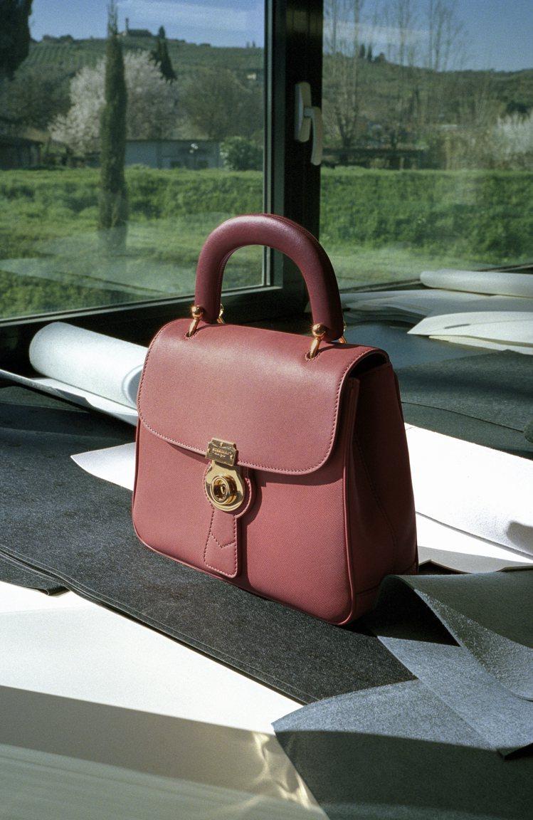 黃銅鎖頭設計是DK88包款最標誌性的設計。圖/BURBERRY提供