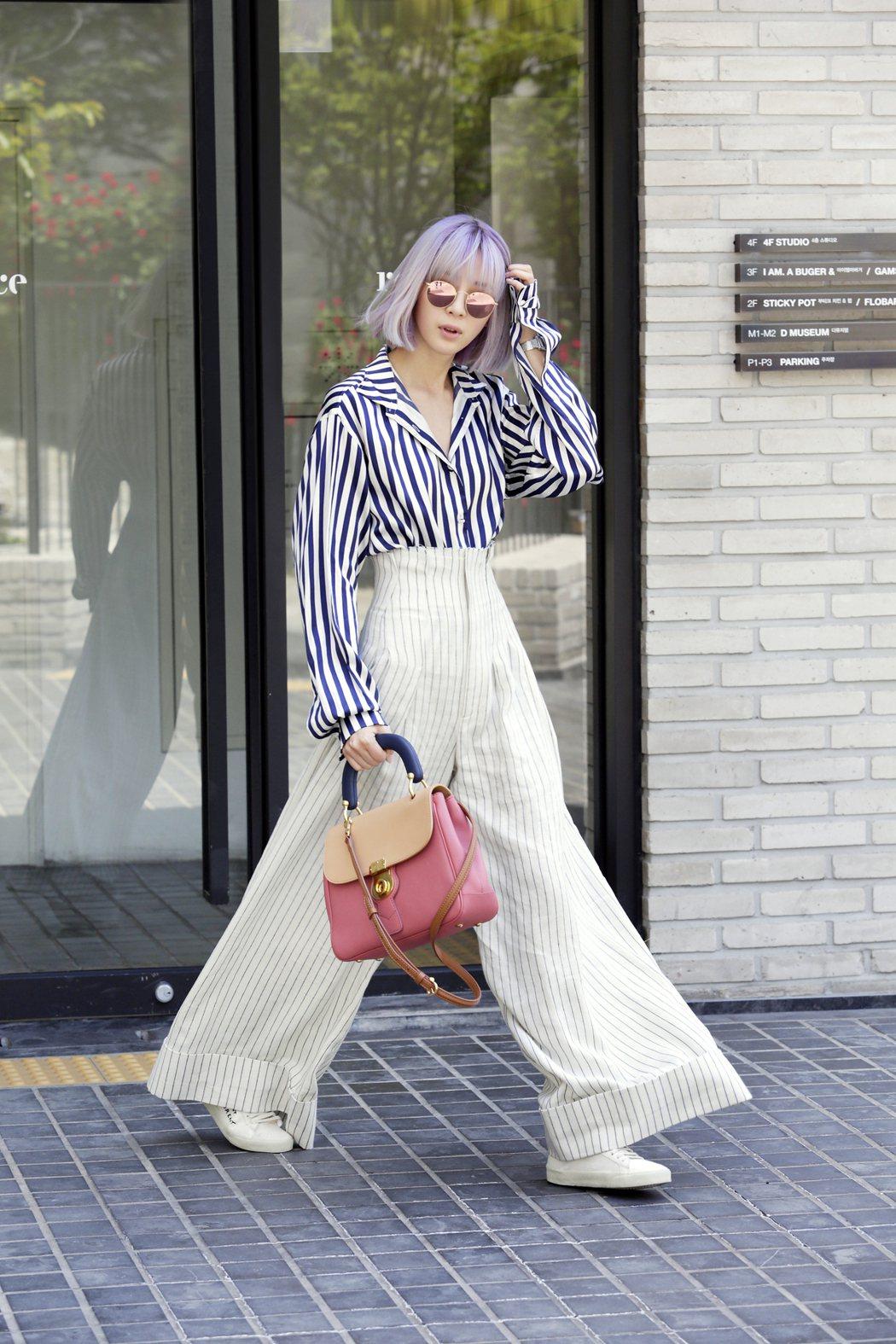 Irene Kim選了粉紅色系DK88包款,襯出都會甜美的氣息。圖/BURBER...