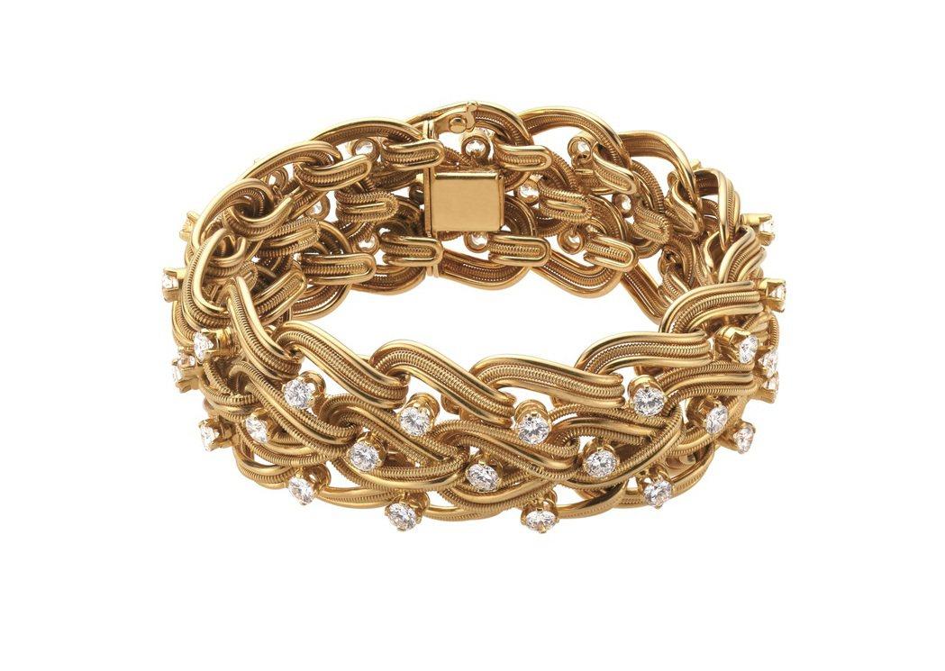 張鈞甯配戴的BVLGARI Hertaige典藏系列頂級黃金與鑽石手環。圖/BV...
