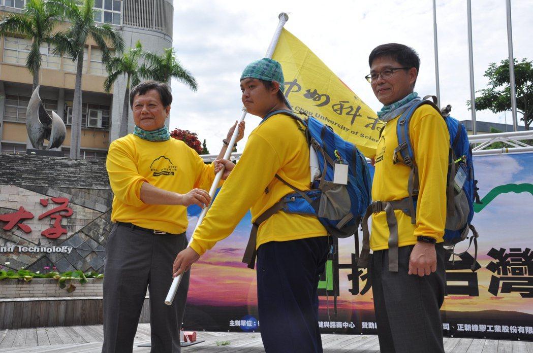 中州科大校長曾慶瀛(左1)授旗給挑戰台灣之巔的隊伍,由多媒體與遊戲發展科學系學生...