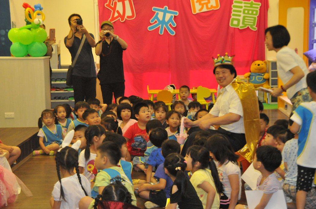 深澳國小幼兒園闢設大閱讀區讓小朋友一起讀故事書。記者游明煌/攝影