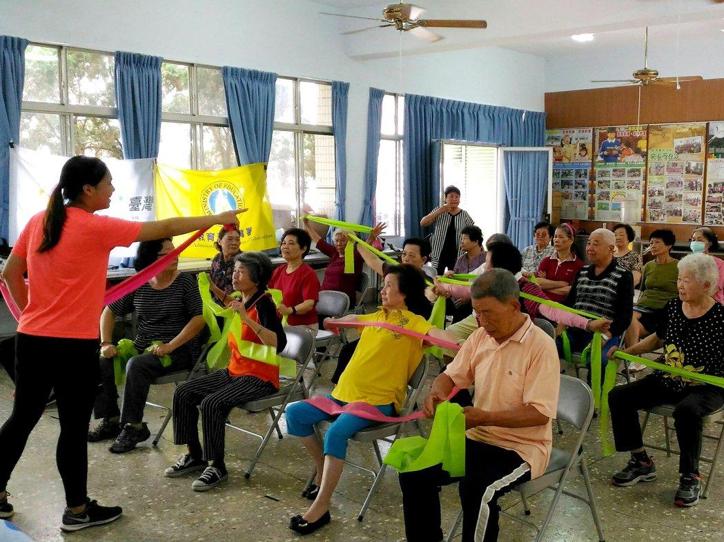 「巡迴運動指導團」規劃11種運動知識課程,由中正大學運競系講師和學生到社區活動中...