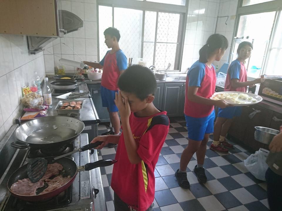 學生們花了3小時料理美食。圖/鄭佩茜提供