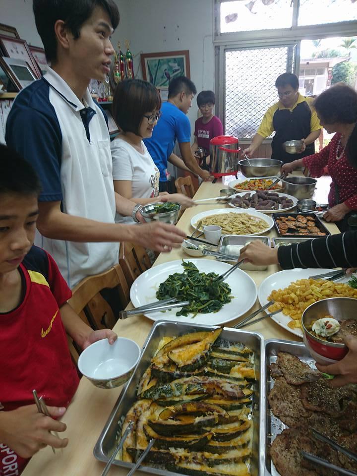 阿里山鄉茶山國小謝師宴由4名畢業生料理豐盛的十道菜。圖/鄭佩茜提供
