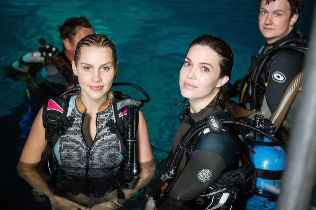 曼蒂摩兒(右)與克萊兒霍特在「深海鯊機」幾乎都要穿上潛水設備拍戲。圖/威視提供