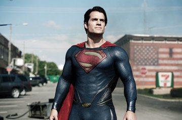 近日美國推特上為了「神力女超人」蓋兒加朵片酬只有30萬美元、遠不如「超人:鋼鐵英雄」亨利卡維爾拿到1400萬美元,幾乎掀起暴動,認為好萊塢的男女薪資差距簡直誇張到該被譴責。然而這卻是個超級大烏龍,包...