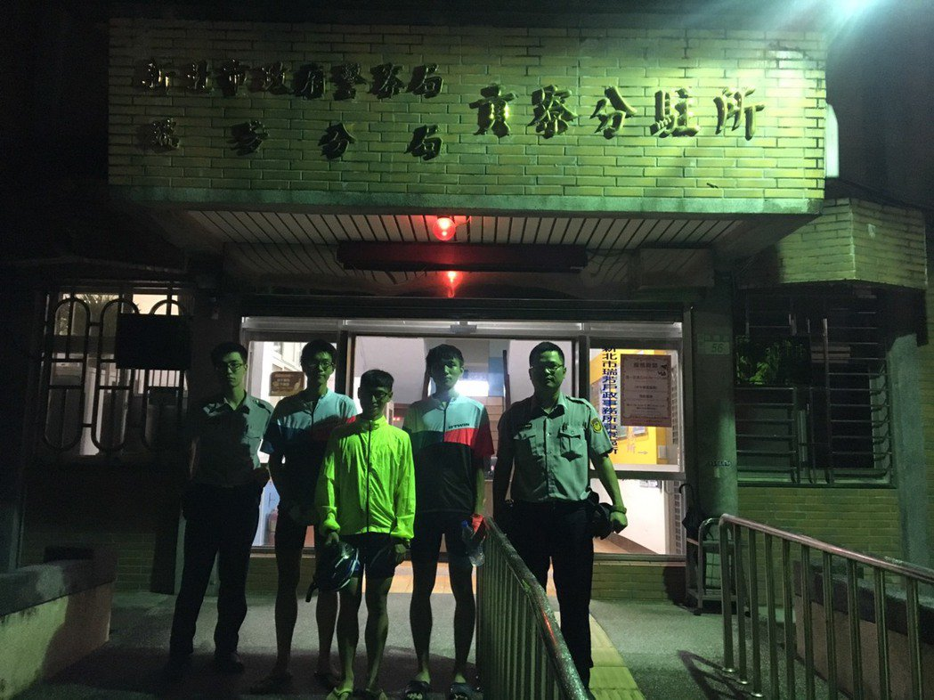 來自屏東的3名畢業生環島行經貢寮,住進貢寮分駐所。圖/警方提供