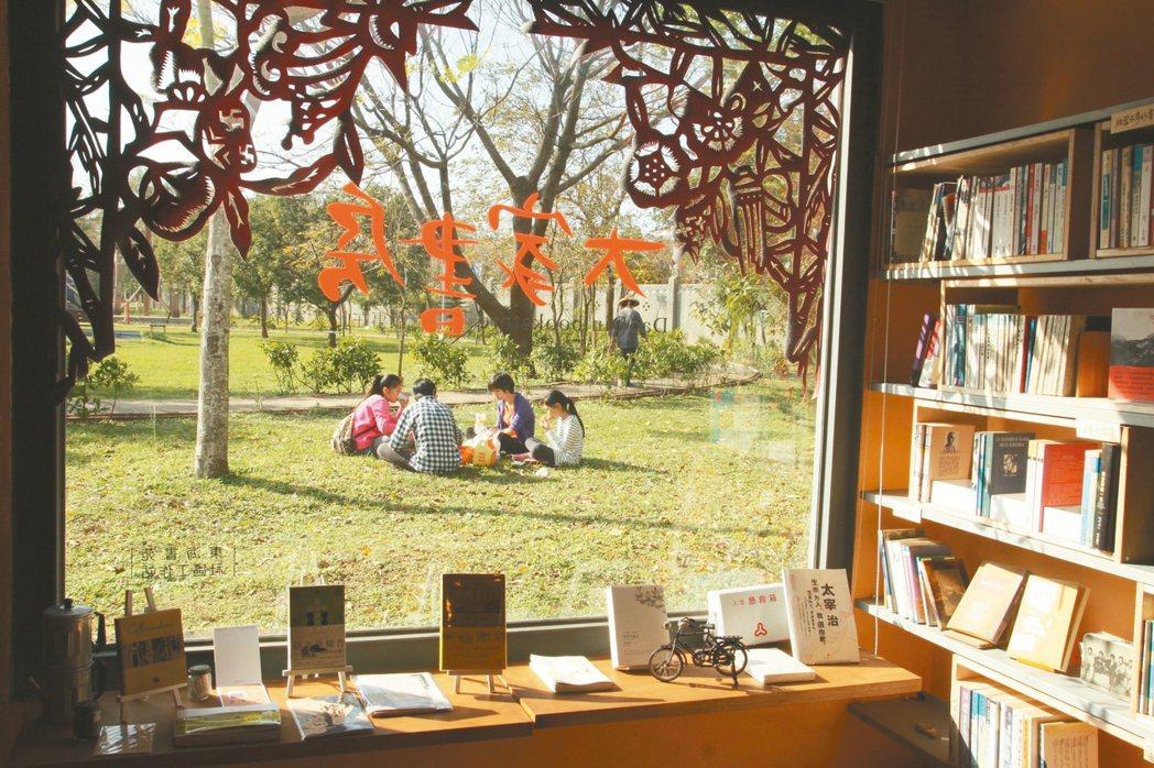 奚浩的大家書房開在台中忠義村裡、汝鎏公園旁。 黃文成/圖片提供