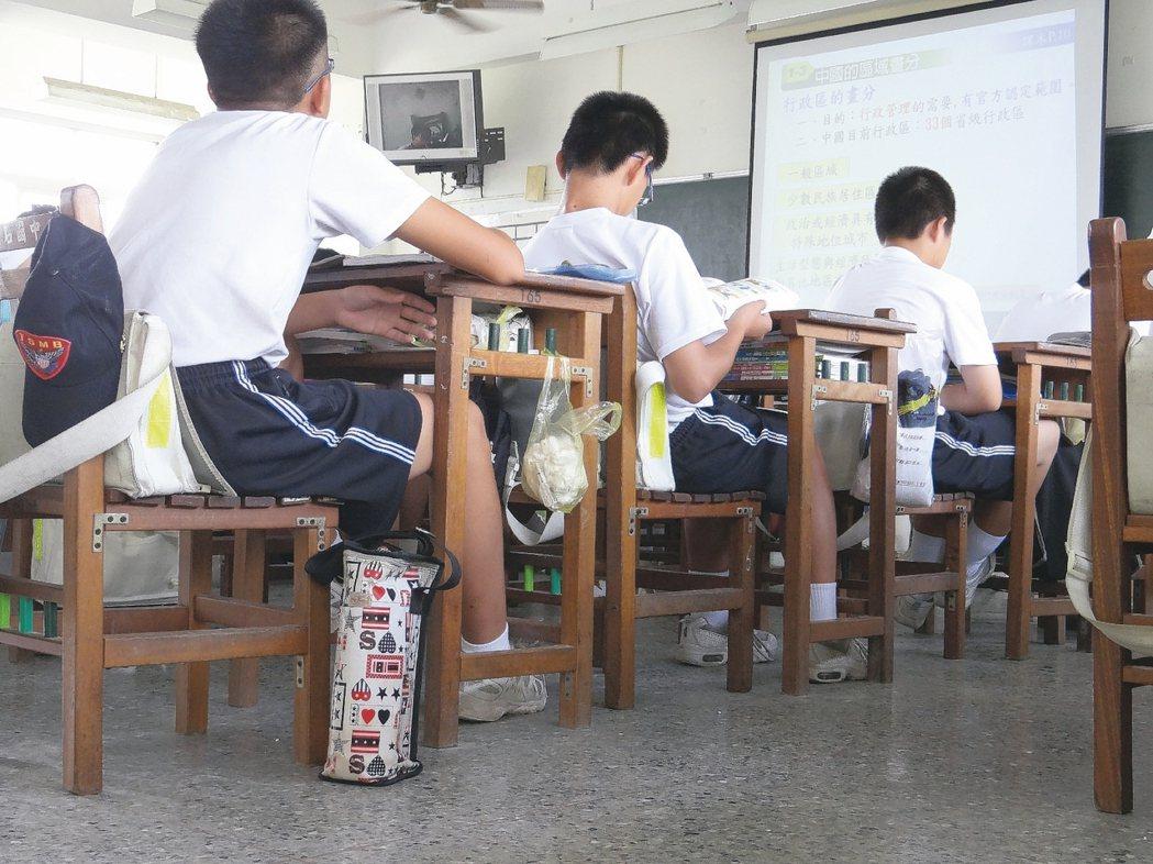 教育部現要求國高中第8節課家長同意書要新增「不同意」選項。圖為國中上課情形。 本...