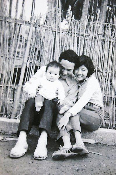 詩人吳晟與妻子莊芳華抱著大女兒吳音寧。 圖/資料照,吳晟提供