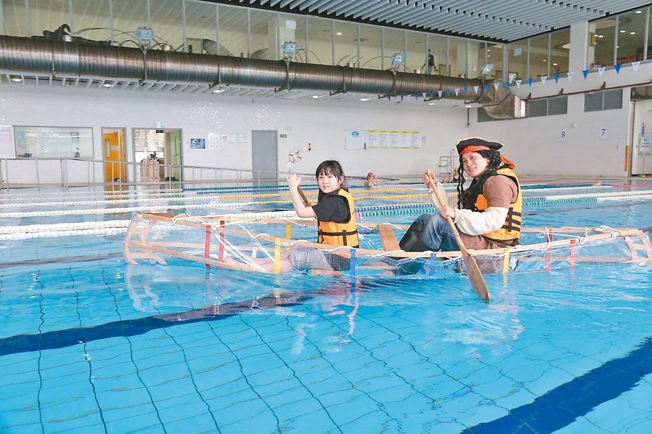 淡水國民運動中心的「冒險奇航運動主題營隊」,小朋友可搭自造的獨木舟下水划行。 記...