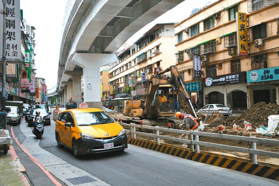 中和景平路原本3線道因捷運施工,6年來都成單線道,逢上下班就塞車。 記者施鴻基/...