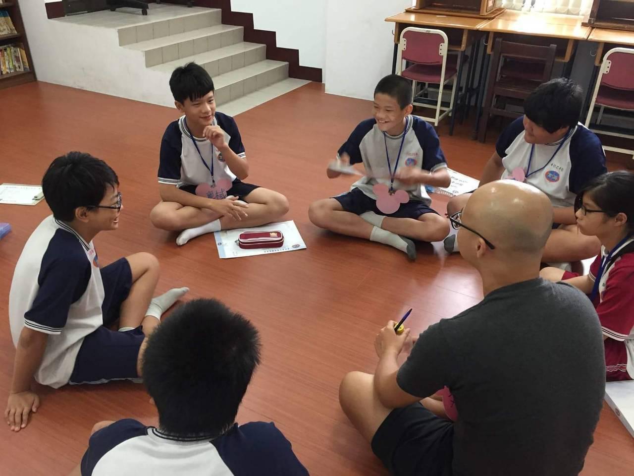 台中市教育局開放會考填志願諮詢專線,今年電話比去年少了近1/3,顯示基層學校輔導...