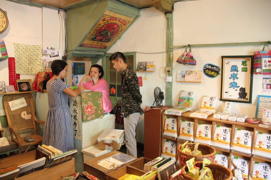 北農總經理吳音寧(左)和一群年輕人把原本荒廢的成功旅社變身為農用書店。 記者林宛...