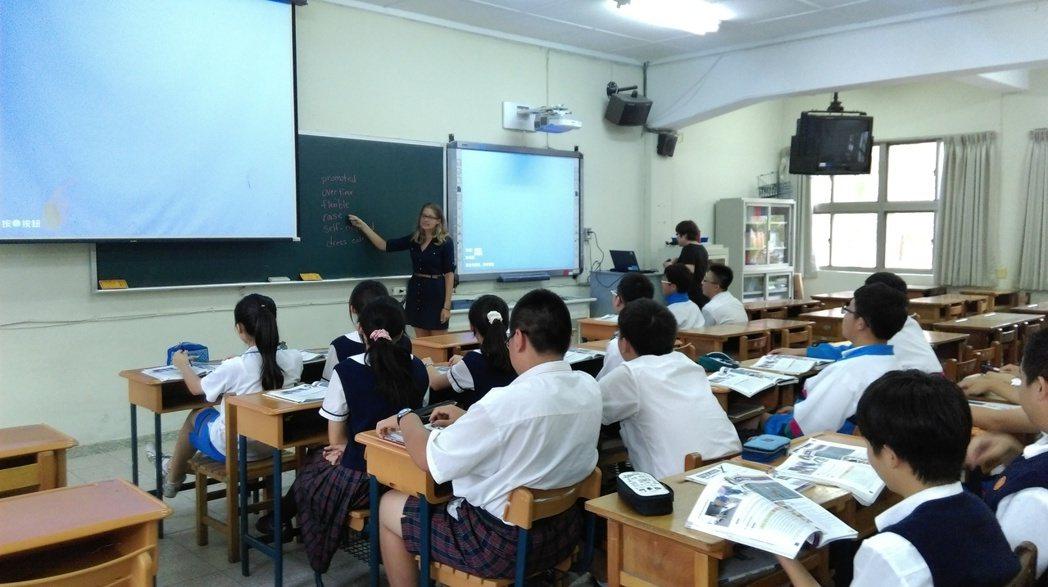 外籍教師替國中部學生課後輔導。 本報資料照片