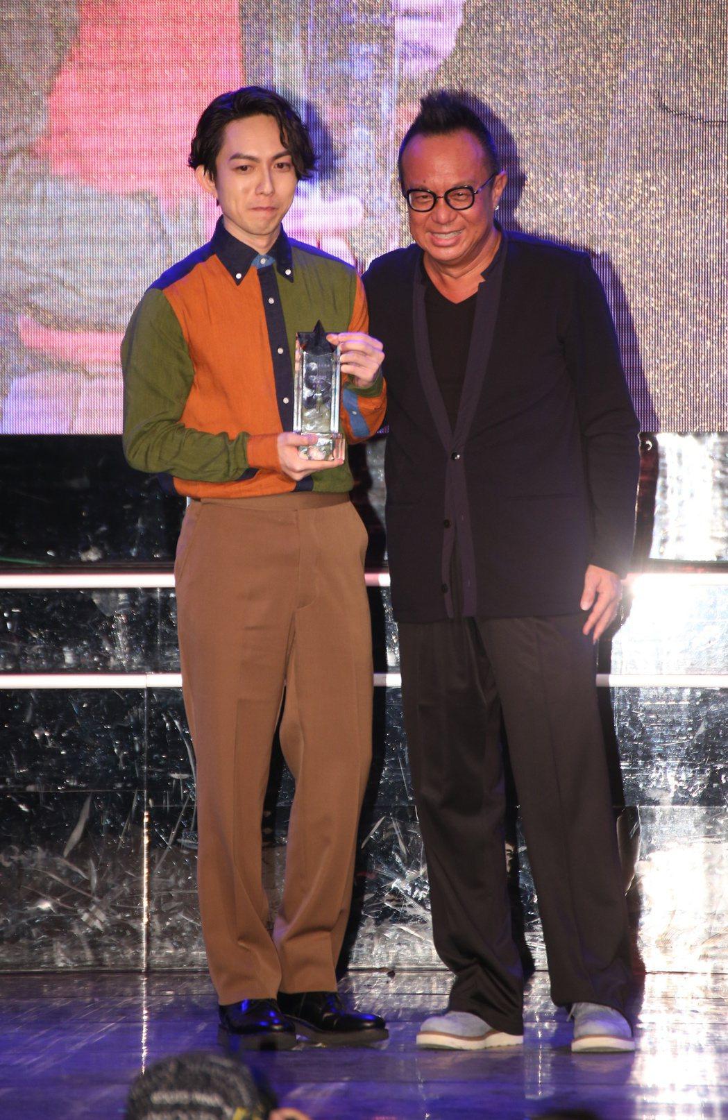 林宥嘉(左)從黃大煒(右)手中接過2016十大專輯獎座。記者陳立凱/攝影