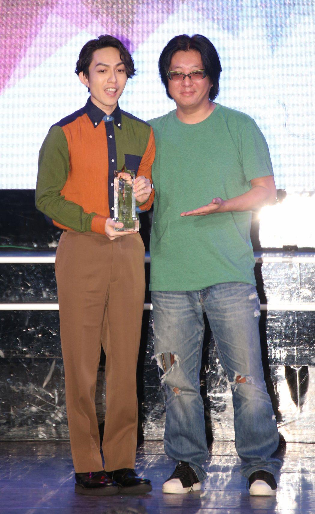 林宥嘉(左)從袁惟仁(右)手中接過2016十大專輯獎座。記者陳立凱/攝影
