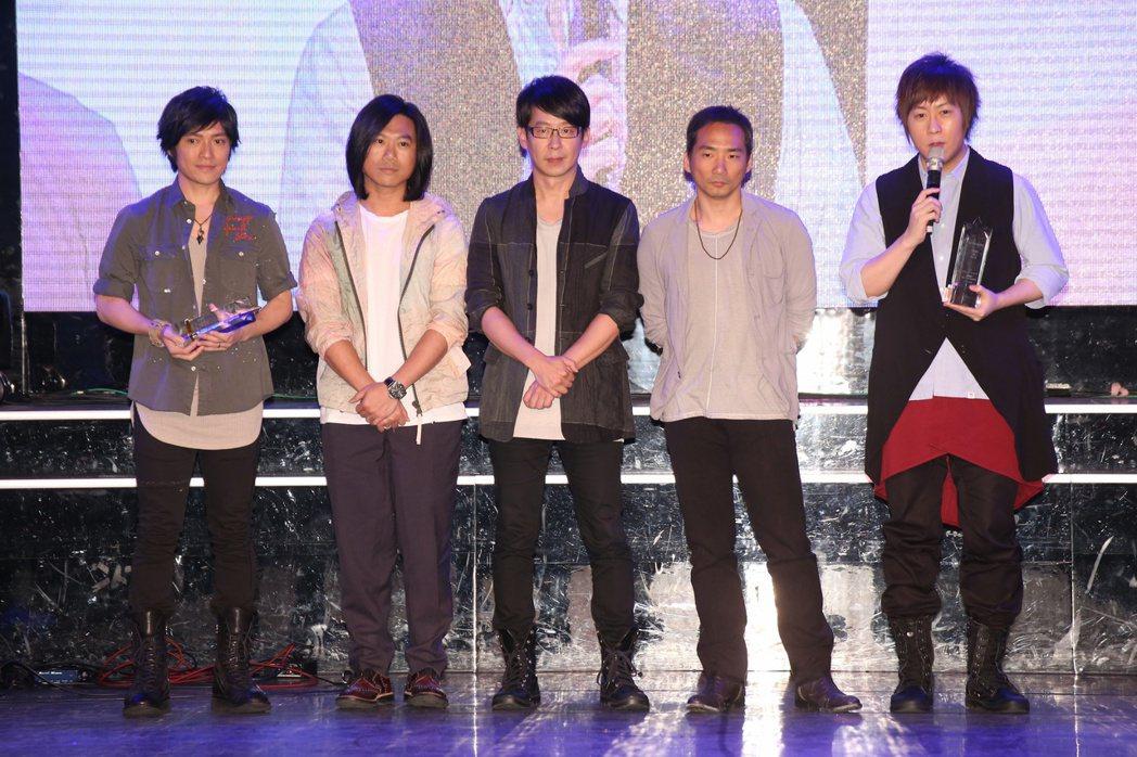 五月天獲得2016十大專輯暨十大單曲獎座。記者陳立凱/攝影