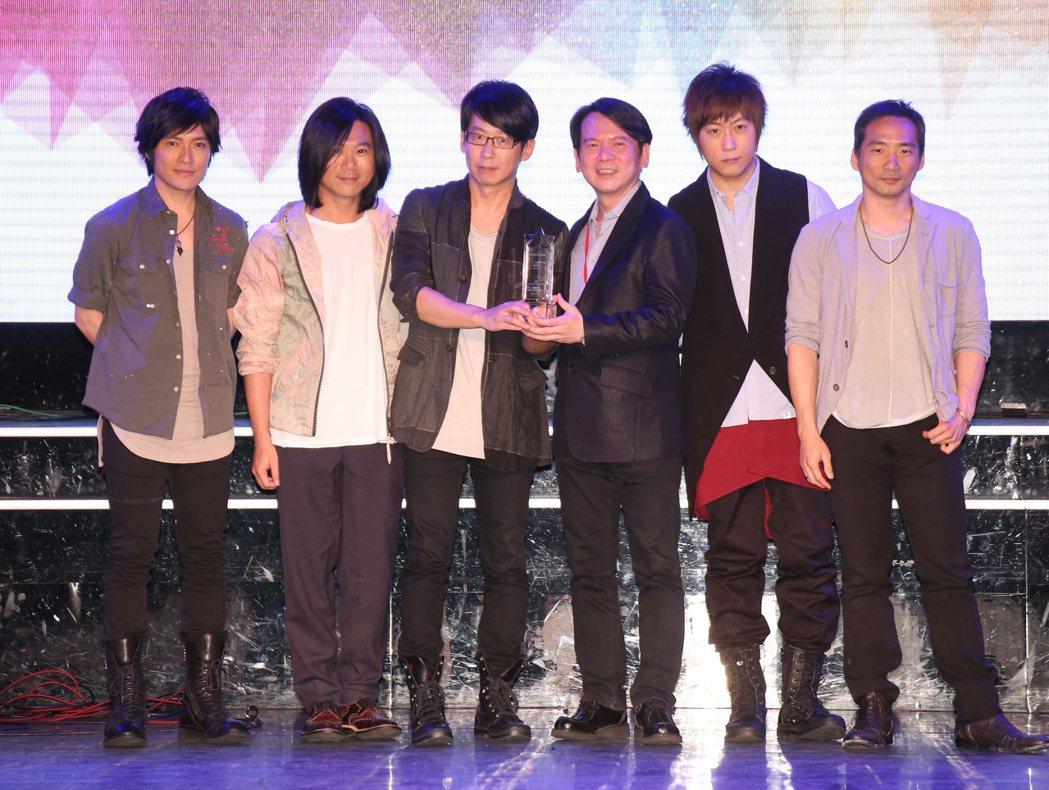 五月天從李建復(右三)手中接過2016十大專輯獎座。記者陳立凱/攝影