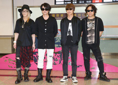 日本搖滾天團GLAY本周六將在金曲獎擔任表演嘉賓,團員分2批抵台,22日傍晚約5點15分吉他手Hisashi、主唱Teru、貝斯手Jiro和難得現身在歌迷面前的鼓手Toshi飛抵松山機場,約百名歌迷...